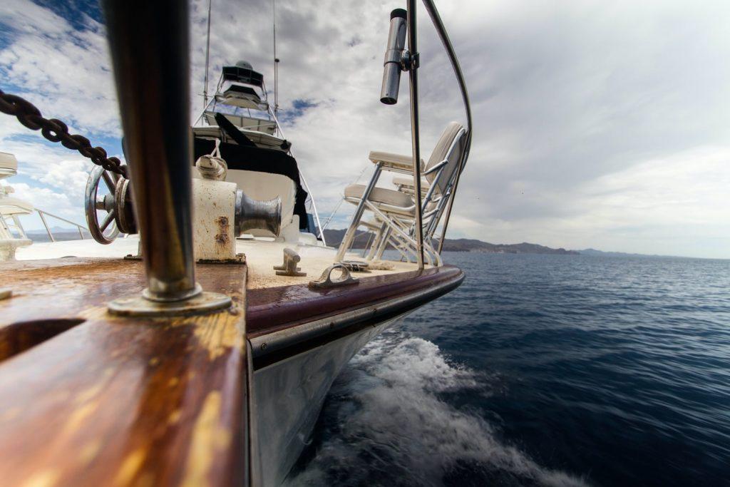NAPRAWA JACHTU Z LAMINATU - WARSZAWA, KRAKÓW, WROCŁAW, GDAŃSK , Oferujemy bardzo tani i skuteczny serwis łodzi i motorówki.